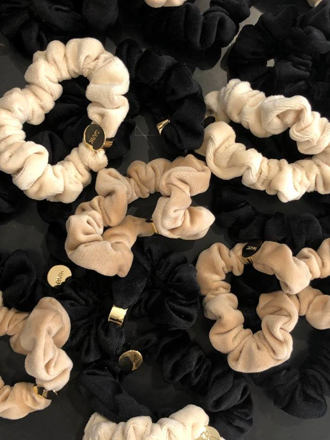 DARK Mini Samt-Scrunchie Black